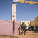 militaire en faction devant le commandement G5 sahel